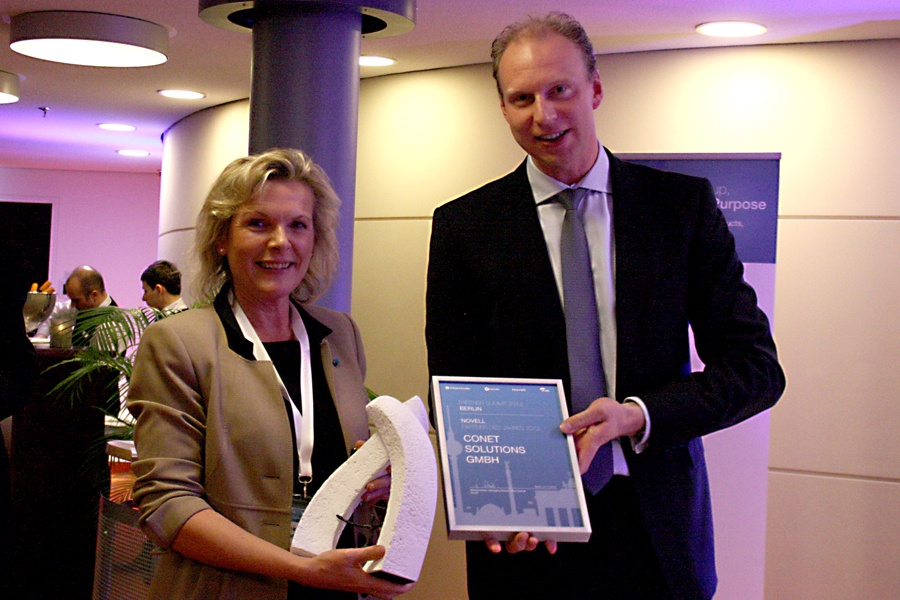 Bild: CONET-Geschäftsführerin Anke Höfer und Michael Kleist, Managing Director Area Central Novell, auf dem Attachmate Partner Summit in Berlin