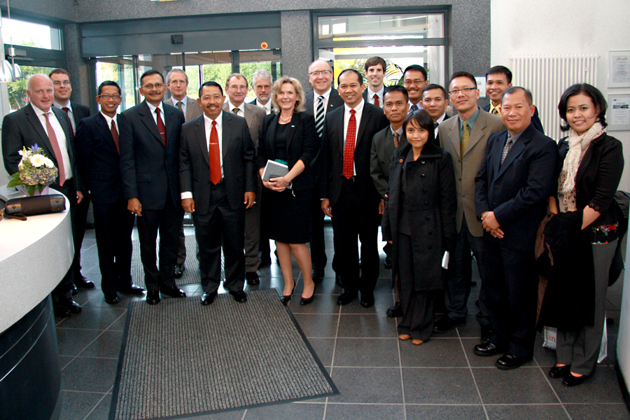 Image: Indonesian Army visiting CONET; with Personal Assistant to the Chief of the Indonesian Army Major General Subagio (6th from left), the Head of the Psychological Service of the Indonesian Army Brigadier General Sumitra (4th from left), the Indonesian Defence Attache in Berlin Colonel Samsul Rizal (11th from left) as well as CONET CEO Rüdiger Zeyen (10th from left) and CONET Solutions Managing Director Anke Höfer (9th from left). Copyright: CONET 2013