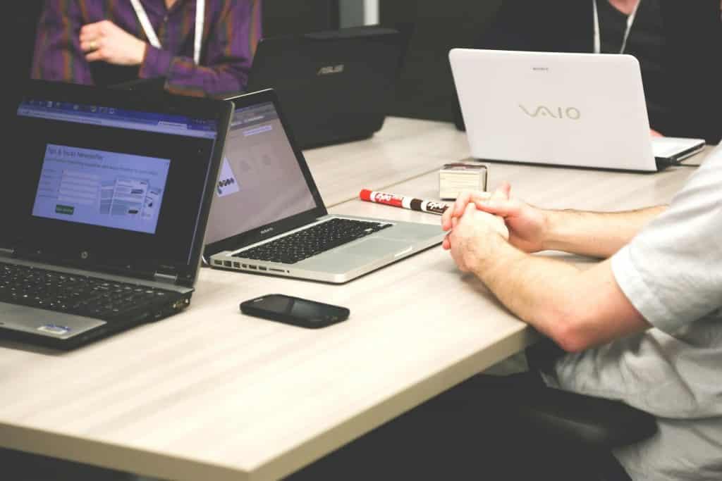 Bild: CONET, Wissensmanagement, Tisch, Laptop