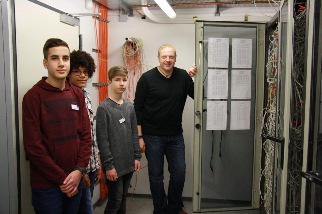 CONET-Systemadministrator mit den Schülern der. 8. Klasse.