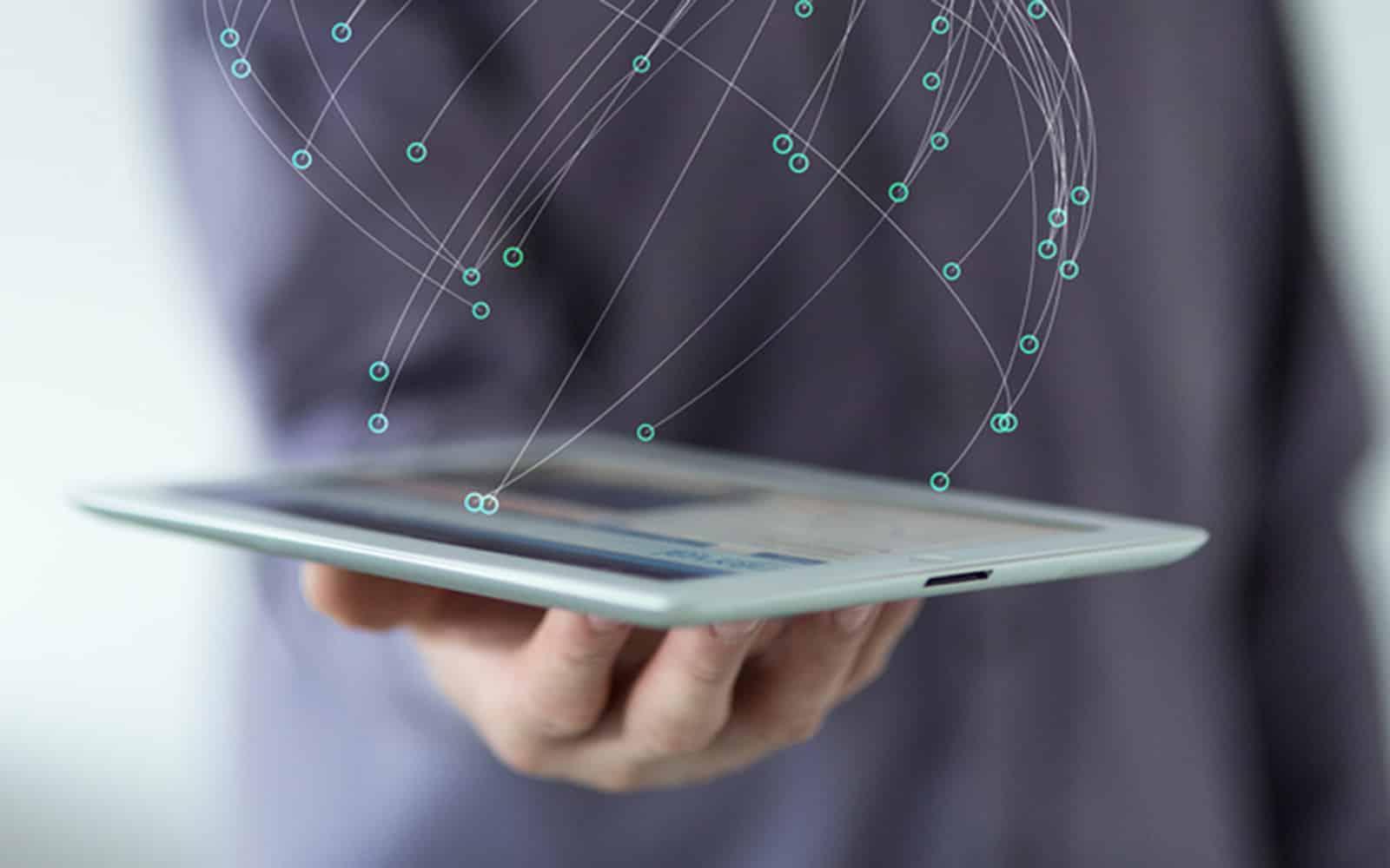 Bild: Vernetzung, Mensch mit Tablet in der Hand
