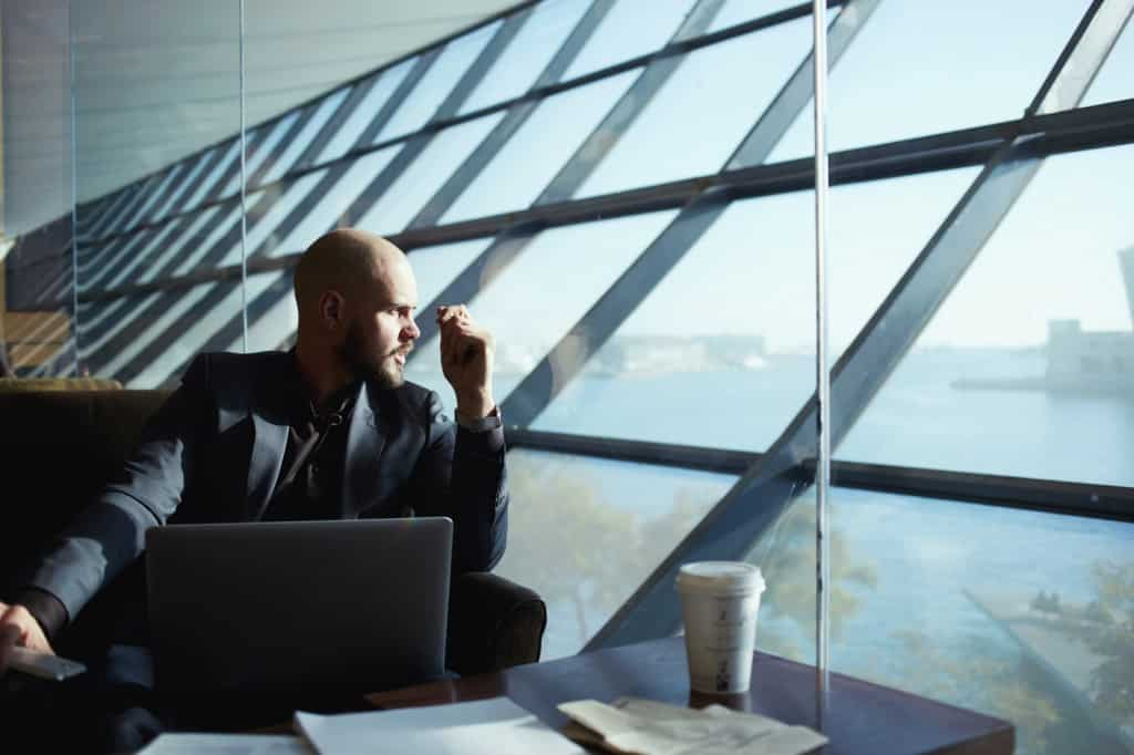 Bild: CONET, Mann schaut aus dem Fenster, travelmanagement, trennungsgeld, trennungsgeldverordnung