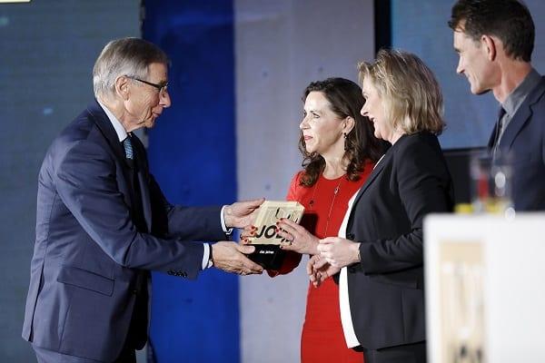 Wolfgang Clement, Bundeswirtschaftsminister a.D., übergibt die TOP-JOB-Trophäe – Bild: zeag GmbH
