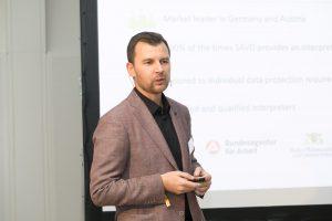 Mag. Feldin SMAJLOVIĆ, SAVD Videodolmetschen GmbH, bei seinem Vortrag auf der CXdigital - Quelle: (c) callcenterforum.at